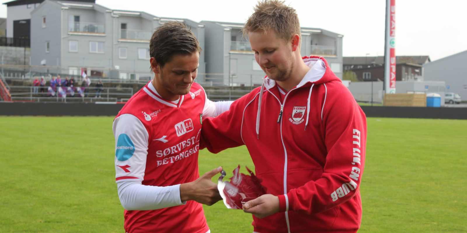 Morten Seland overrekker trofeet til Robert Undheim som ble stemt frem til Årets spiller hos B-gjengen for 2017 sesongen.